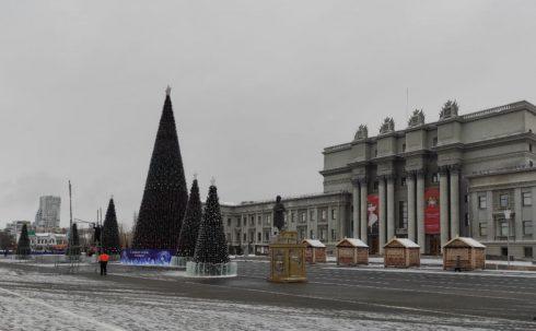 На площади Куйбышева завершается установка новогодних арт-объектов