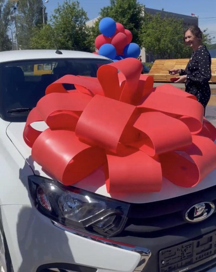Губернатор Дмитрий Азаров вручил учительнице из Тольятти ключи от автомобиля