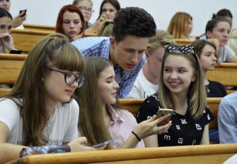 Дмитрий Азаров подписал постановление о выплате субсидии в 10 тысяч рублей новоиспеченным студентам