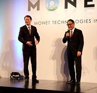 モネ・テクノロジーズの事業戦略説明会に登壇した豊田章男・トヨタ自動車社長(右)と宮川潤一・モネ社長