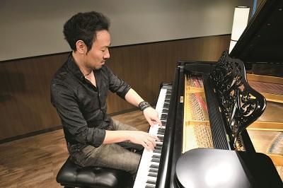 左手の親指と人差し指、右手の5本指で演奏する西川悟平氏