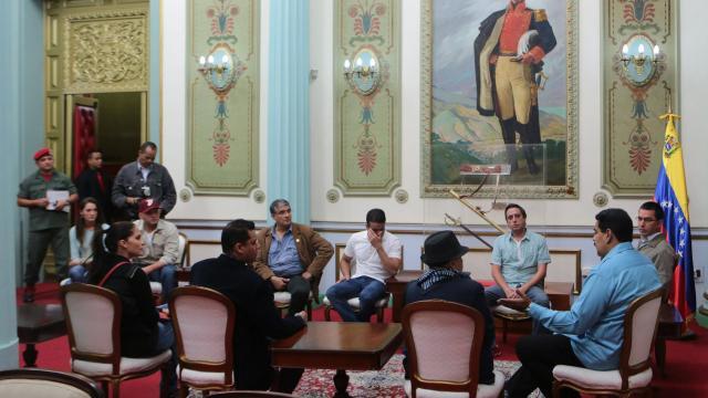 """Le président Nicolas Maduro, avec les représentant du """"mouvement pour la Paix et la Vie"""", à Caracas."""