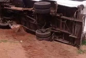 Accident routier : un mini-car transportant des élèves se renverse au quartier Tanghin . Le chauffeur était ivre !