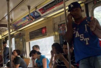 Pourquoi certaines personnes parlent fort au téléphone dans le bus ou le métro, comme si elles étaient dans leurs salon ?