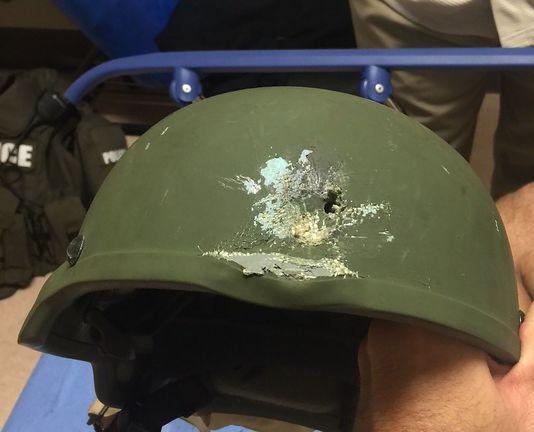 Le casque en Kevlar d'un officier après les échanges de coup de feux à l'interieur du Pulse .