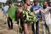 La foule le fait parader nu avec son regime de banane qu'il a volé...