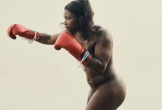 La boxeuse bastonne toute nue son mari dans la rue, parce qu'il est faible au lit