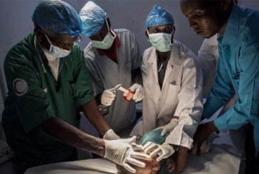 Le chirurgien qui opère avec des os de mouton