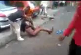 CHOC – Côte d'Ivoire: Une jeune dame agressée en pleine rue sans que personne ne vienne à son aide (Vidéo)