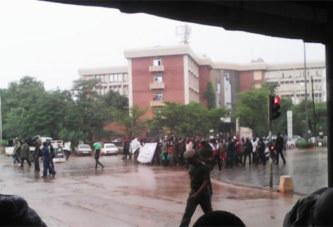 Ouagadougou: Des policiers radiés bravent la pluie pour exiger leur réintégration
