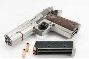 La police arrête une jeune fille avec un pistolet de 13 cm chargé... dans son vag**n