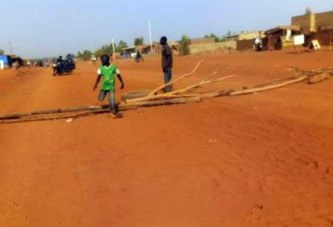 Travaux sur la Nationale 13 : des riverains barricadent la sortie de Koudougou pour dénoncer «la mauvaise qualité»