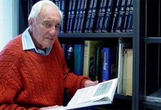Regrettant profondément d'avoir atteint 104 ans, un scientifique australien se rend en suisse pour mettre fin à sa vie