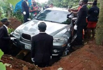 Nigeria : Un homme enterre son père avec une nouvelle BMW (photo)