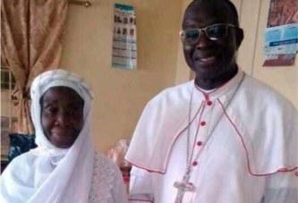 Une photo d'un prêtre catholique et sa mère musulmane enflamme la toile
