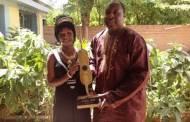Hawa Boussim présente son Kundé d'or à Zéphirin Diabré