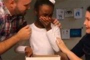 Une petite fille apprend qu'elle va être adoptée, sa réaction a bouleversé la toile
