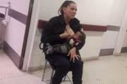 Le geste émouvant d'une policière qui allaite un bébé affamé