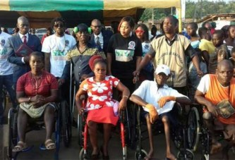Côte d'Ivoire / L'artiste Joss Kezo offre du matériel orthopédique aux personnes handicapées moteurs de Songon