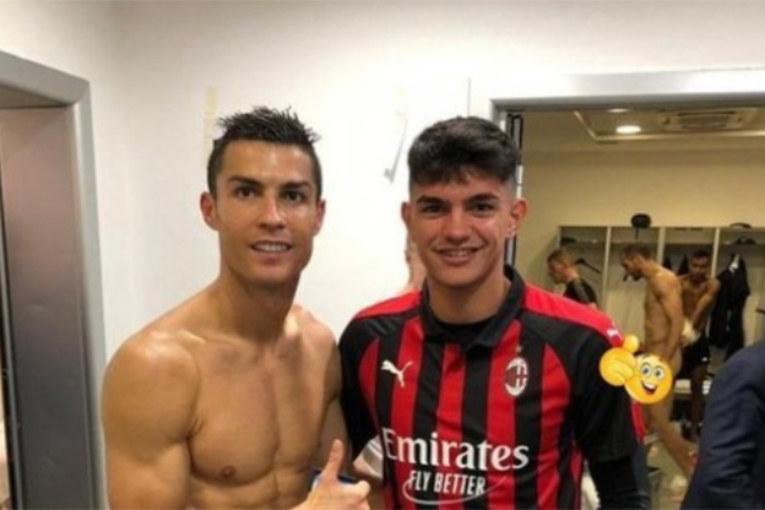 Selfie malheureux: Un joueur du Milan se prend en photo avec Ronaldo, Chiellini apparaît nu juste derrière