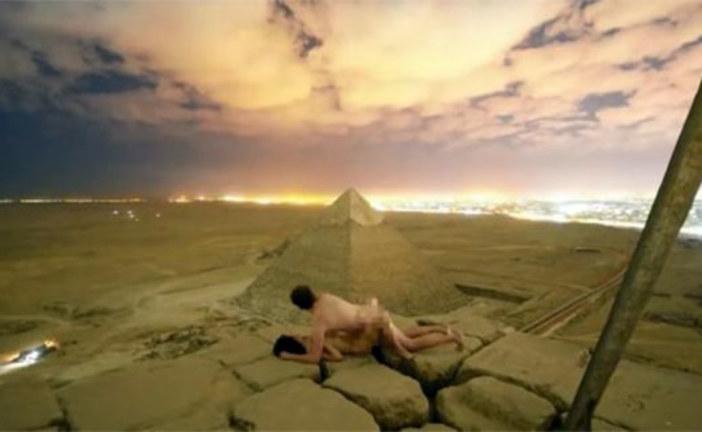 VIDEO – Égypte : un couple filmé nu au sommet d'une pyramide provoque un tollé