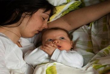 Voici jusqu'à quel âge bébé et maman doivent dormir ensemble (Étude)