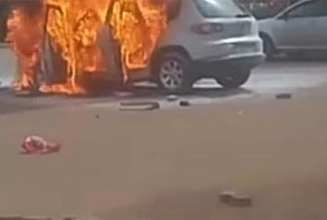 Vidéo: Un véhicule prend feu devant la télévision nationale du Burkina