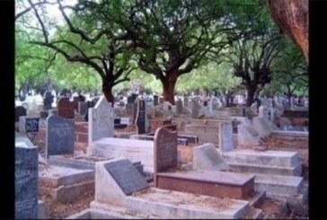 Vidéo: Un jeune homme avoue avoir couché avec de nombreuses filles au cimetière