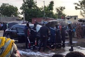 Blindé pour résister aux explosions et aux tirs de fusils, la limousine du président sénégalais Macky Salln'a pourtant pas résisté à un dos d'âne d'une route sénégalaise