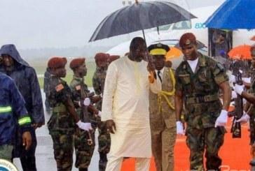 Liberia : Arrivé sous une pluie, Weah sert un soldat venu pour l'abriter