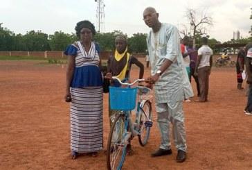 Kossi (Nouna): Le DG de La Poste- BF, Nabi Issa Coulibaly vole secours de Diallo Alimatou, victime du mariage précoce dans le village de Tèbèrè