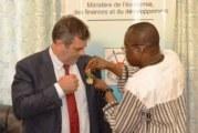 Burkina : le chef de la coopération de la Délégation de l'UE élevé au rang d'Officier de l'ordre de l'Etalon
