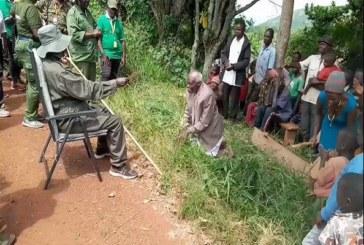 Ouganda : des vieillards s'agenouillent pour recevoir des cadeaux du président, la toile s'indigne (vidéo)