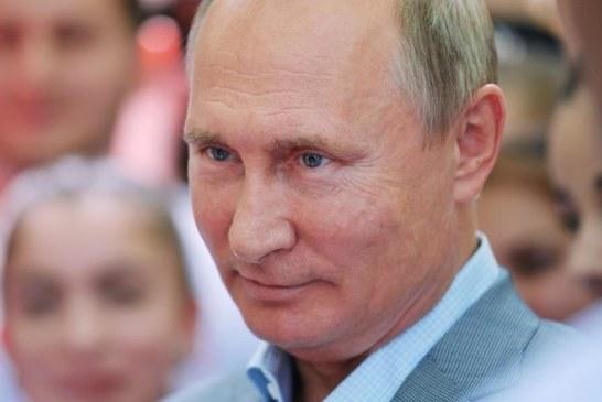 Russie: le président Vladimir Poutine pris à partie sur son salaire par une habitante