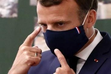 Le président Macron a eu du mal à respecter les gestes barrières lors d'une visite dans une école