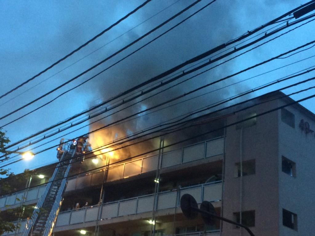 東京都渋谷区笹塚2丁目 都営住宅団地で大きな火災 黒煙吹き上げ延焼中