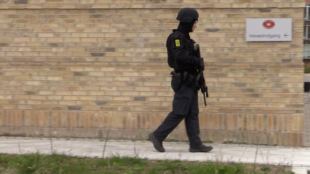 Svært bevæbnet politi holdt ved retten i Holbæk. Samtidig med at mand jagtede en mulig geværmand i byen. Foto: Michael Johannessen.