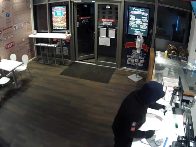 Politiet efterlyser gerningsmanden til et røveri mod Dominos Pizza på Taastrup Torv den 17. april. Foto: Politiet.