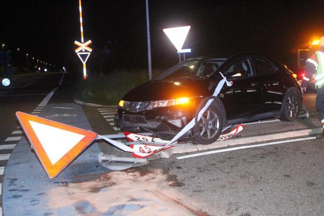 En 53-årig kvindelig bilist påkørte mandag aften et helleanlæg i Holbæk. Foto: Morten Sundgaard - Skadestedsfotograf.dk.
