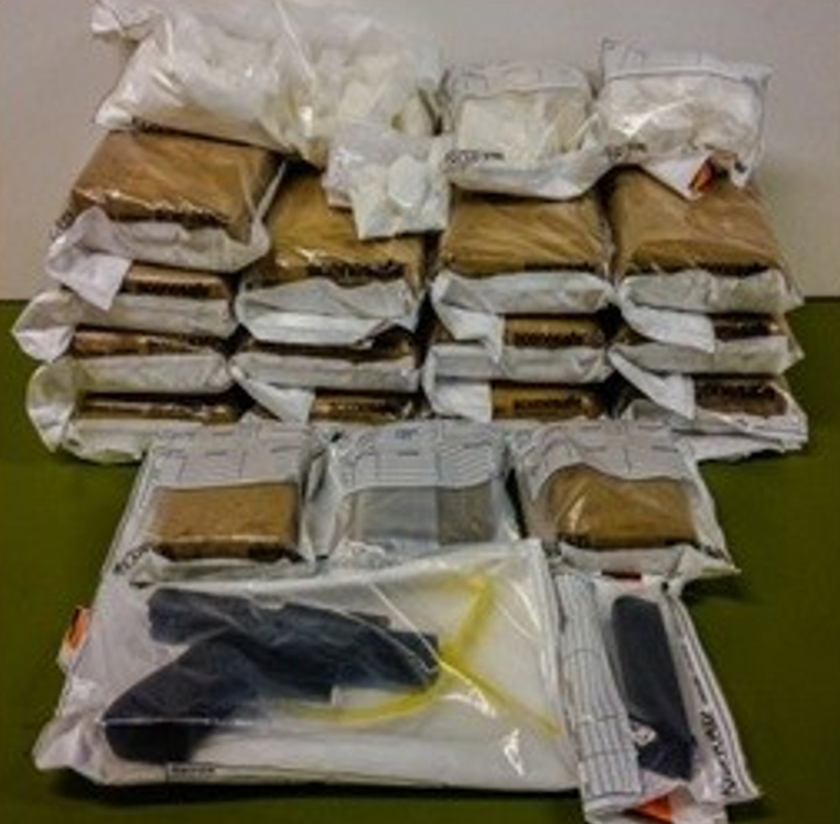 Der blev bl.a. konfiskeret ca. 15 kg kokain og en pistol ved torsdagens aktion. Foto: Københavns Politi.