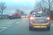 Den røde Porsche køres væk efter uheldet i krydset ved Biltris. (Dash cam/Privatfoto)