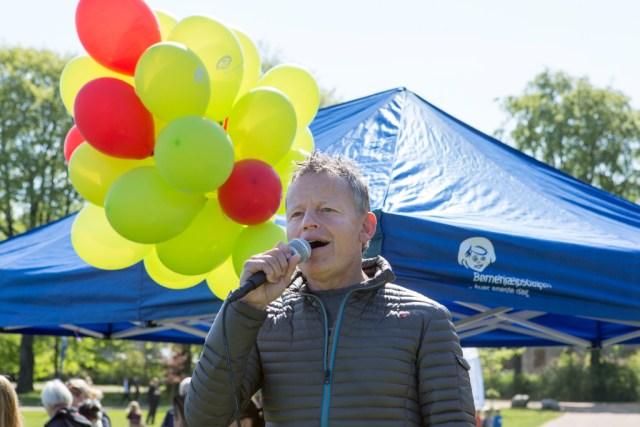Tv-værten Bubber sender drømme-balloner til vejrs i Kongens Have i anledning af Børnehjælpsdagen. Foto: Kim Agersten.