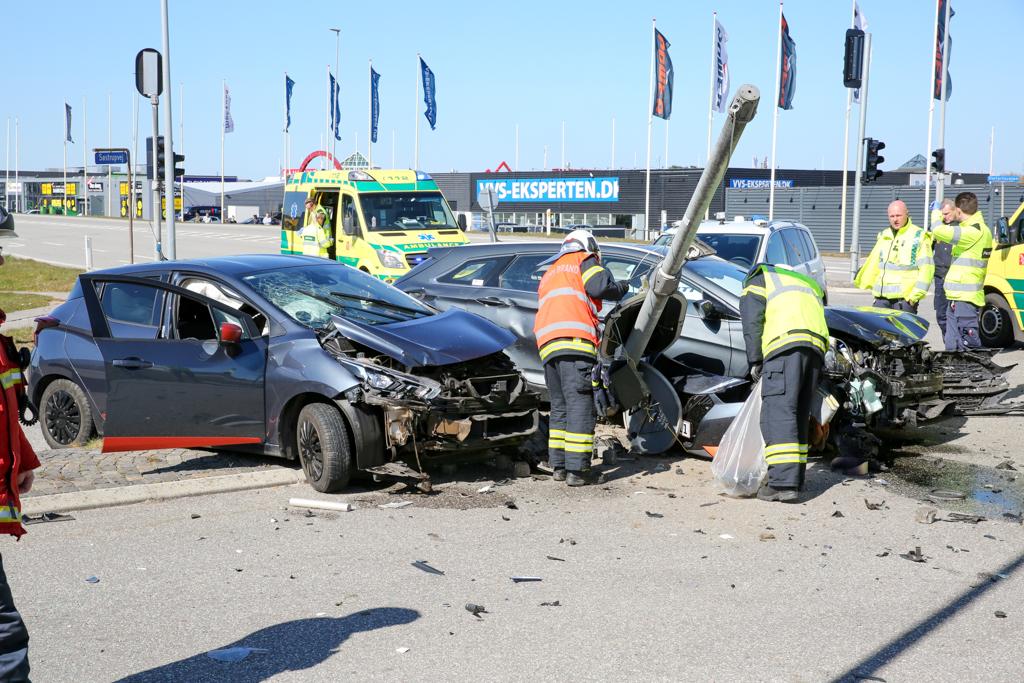 To biler i sammenstød i lyskryds
