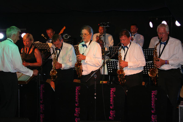 Reiners Big Band spiller julemusik for de danseglade. PRfoto.