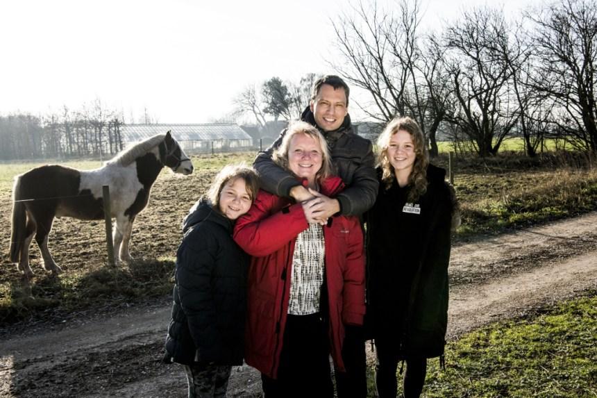 Årets Hjerteredder, Lene Bregnholt Larsen, med sin mand og deres to børn. Foto: Linda Johansen.