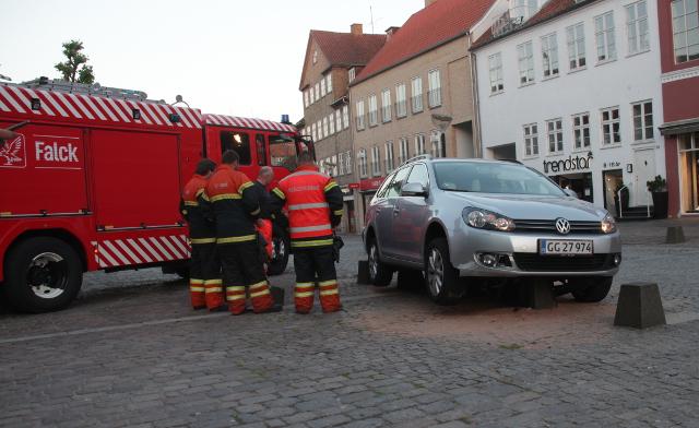 Onsdag aften kørte en bil fast ovenpå nogle betonklodser i Ahlgade i Holbæk. Foto: Rolf Larsen.