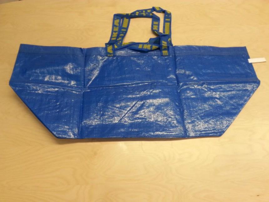 Blå  poser fra møbelforretningen IKEA er blevet brugt til at transportere liget af en 25-årig mand i. Foto: Politiet.