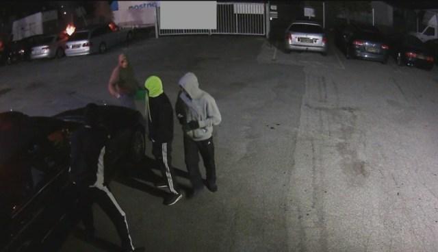 Fire mænd satte ild til flere biler hos en autoforhandler i Brøndby. Overvågningsfoto: Politiet.