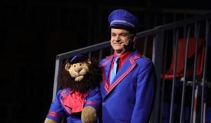Cirkusdirektør Baldoni med løven Leo. PRfoto.