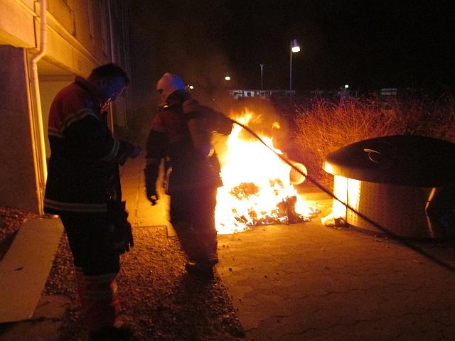Brandvæsnerne over hele Sjælland måtte nytårsaften rykke ud til småbrande som her i Holbæk, hvor en container stod i flammer. Foto: Rolf Larsen.